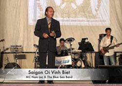 Nhạc sĩ Nam Lộc trong một lần trình diễn tác phẩm Sài Gòn Ơi Vĩnh Biệt. Screen capture.