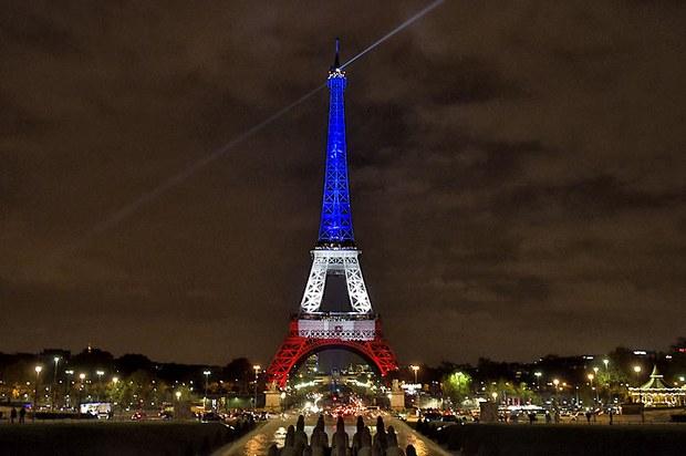 Tháp Eiffel ở giữa thủ đô Paris được chiếu sáng bằng ba màu theo cờ của nước Pháp ngày 15 tháng 11, 2015