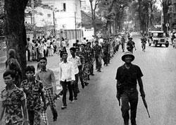 Binh sĩ VNCH bị bắt đi cải tạo sau ngày 30 tháng 4, 1975. AFP photo.