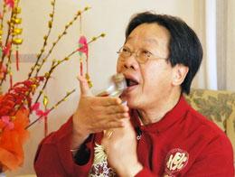 Nhạc sĩ Trần Quang Hải biểu diện nhịp điệu của nghệ thuật đàn muỗng. tranquanghai.info