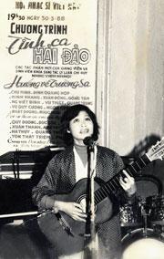 """Nhạc sĩ Quỳnh Hợp hát ca khúc """"Nghe em hát ở Trường Sa"""" do nhà báo Trần Hồng (báo QĐND) chụp. Bức ảnh này đã được đăng trên báo Hànộimới ra ngày 17/4/1988."""