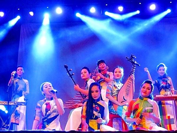 2 nhóm nhạc nữ: 5 dòng kẻ - Cỏ Lạ cùng với các nhạc cụ của dân tộc như đàn bầu, đàn tơ-rưng, đèn tam thập lục, đàn tranh, sáo, gõ...