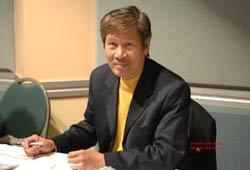 Nhạc sĩ Từ Công Phụng ký tặng CD tại Chiều Thính Phòng 9 tháng 5, 2010 tại San Jose. Photo by Don Ngo.