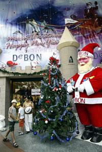 Trang trí mừng Giáng Sinh ở Trung tâm thương mại Diamond Plaza. AFP PHOTO.