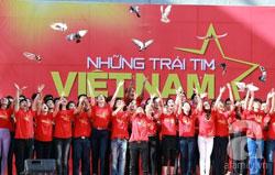 Dàn đồng ca 100 nghệ sĩ hát bài Những Trái Tim Việt Nam. Courtesy of afamily.vn