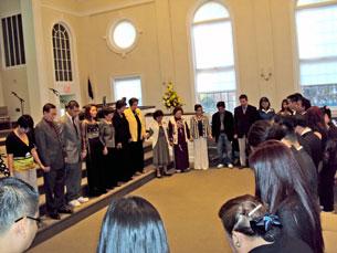 Các anh chị em cầu nguyện trước buổi trình diễn ca nhạc với chủ đề Hai Dòng Máu. Photo Đỗ Hiếu RFA