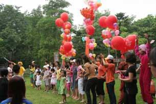 Các em nhỏ và phụ huynh CLB gia đình trẻ tự kỷ Hà Nội đang thà bong bóng.