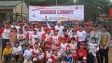 Ông Phil Rognier và các em thiếu niên Hà Nội yêu bóng chày, ảnh chụp hôm 22/03/2010.