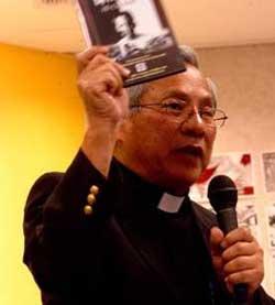 Linh mục Nguyễn Hữu Lễ trong một lần giới thiệu bộ phim sự thật về Hồ Chí Minh trước đây. Photo courtesy of thoibao.com
