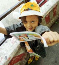 Một Em gái bán vé số. AFP Photo