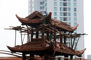 Một trong những công trình tu sửa chuẩn bị cho Đại lễ kỷ niệm 1.000 năm Thăng Long. AFP PHOTO.