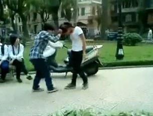 Hai nữ sinh đánh nhau giữa chốn đông người tại Hà Nội.