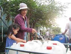 Người dân TPHCM phải đem bình đi mua nước sạch, ảnh chụp năm 2010. Photo courtesy of  Datviet.