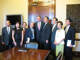 Thượng nghị sĩ Mark Warner cùng các đại diện cộng đồng Việt nam tại Virginia và Maryland