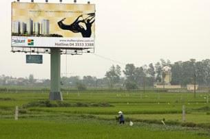 Hiện đại và người nông dân ngoại thành Hà Nội. AFP