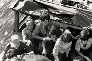 Thuyền nhân được vớt từ những ghe thuyền nhỏ bé lên tàu lớn.Hình của UNHCR