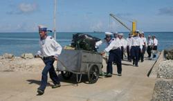 Các chiến sĩ hải quân VN lên đảo Trường Sa Đông hôm 06/6/2011. AFP photo