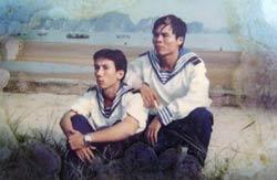 Anh Lê Văn Đông (P) và anh Trần Thiện Phụng (T) chụp trước ngày xảy ra trận hải chiến đẫm máu. Photo courtesy of toquoc.net