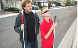 Brian hướng dẫn cho Jake, 12 tuổi, nhận biết sự vật