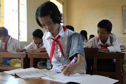 Cô bé Lê Thị Thắm trong lớp học. Photo courtesy of baobacgiang.vn