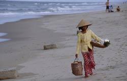 Một phụ nữ bán dạo trái cây tại bãi biển Cửa Đại, Hội An. AFP photo