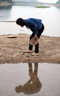 Nước sông cạn, người dân nhặt hến. Photo courtesy of vietbao.vn