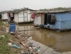 Nhà nổi ở Xóm thuyền, Bãi giữa. Photo courtesy of phiatruoc.info