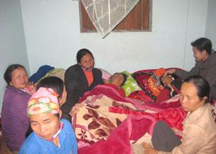 Bà Phượng người mẹ có hai cậu con trai  Hoàng và Vũ thiệt mạng, bị sốc khi nghe tin dữ. Source vnn.vn