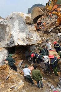 Các đội cứu hộ tìm kiếm nạn nhân.  Source Dantri