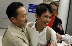 Phút giây đoàn tụ của cha con ông Hào. Photo courtesy of mautam.net