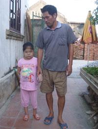 Hai cha con cô Lê Thị Xoa. Photo courtesy of phunu.info