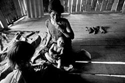 Một người mẹ đơn thân ở huyện Điên Biên Đông, tỉnh Điện Biên, ảnh chụp trước đây. Photo courtesy of pnol.