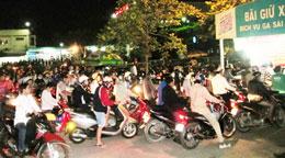 Đoàn xe chở người đi mua vé đã phải có mặt từ 3, 4 giờ sáng. Photo Cam Nhi/thanh nien