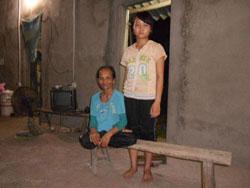 Bà Trương Thị Kiểm và con gái Trương Thị Luyến, ảnh chụp tháng 6 năm 2012. Photo courtesy of tinhthuong.vn