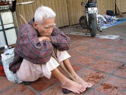 Một cảnh không nhà: cụ Phước, 78 tuổi, thành phố Hồ Chí Minh-ảnh dalathoa.com/diendan/threads
