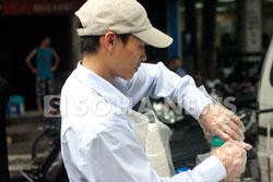 Nguyễn Duy Biểu đang pha cà phê. Photo courtesy of soha.vn