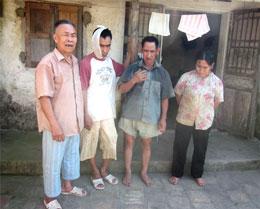 Ông Vinh cùng ba người con đều đã 40, 50 tuổi nhưng ngơ ngẩn không biết gì. Ảnh: Văn Định/Xaluan.com