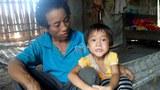Bé Diện và cha là ông Đinh Minh Yên.