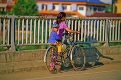 Mẹ đưa con đi học, ảnh minh họa. AFP