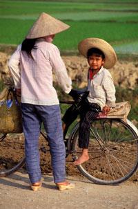 Hai mẹ con ở một miền quê miền bắc Việt Nam, ảnh minh họa. AFP photo