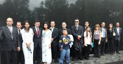 Những anh chị em con lai thuộc Gia Đình Mỹ Việt Toàn Quốc đã tụ về Washington DC để thắp nến tại Bức Tường Đen Vietnam War Memorial