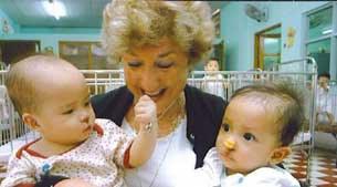 Bà Betty Tisdale và những đứa trẻ mồ côi gốc Việt Nam, ảnh chụp trước đây.