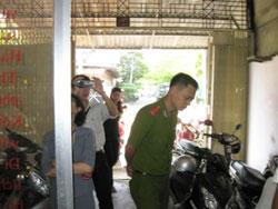 Công an đến cưỡng chế văn phòng luật sư của LS Lê Trần Luật hồi năm 2009. Photo courtesy of vietcyber.com