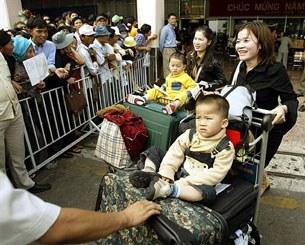 Những người Việt ở nước ngoài về thăm quê hương. AFP