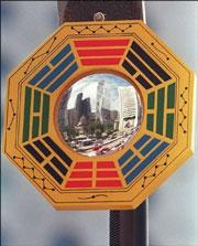Gương Bát Quái thường được treo trước cửa nhà