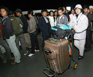 Công nhân VN đợi đi nước ngoài lao động