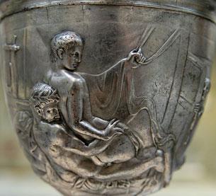 Đồng tình luyến ái đã có từ thời xa xưa. Người đàn ông La mã và một thiếu niên trên giường vào giữa thế kỷ thứ nhất. Tìm thấy gần Jerusalem. Source Wilipedia