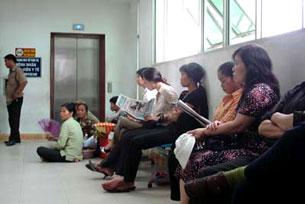 Phòng chờ đợi tại một bệnh viện công ở Hà Nội. Photo RFA