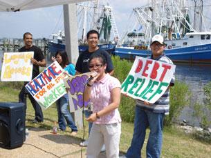 Thân nhân của ngư dân Việt tại Missisipi đóng góp y kiến trong buổi họp. Photo James Dien Bui
