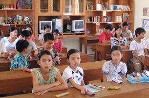 Những trẻ em mồ côi trong lớp học do bảo trợ của Friends Of Hue Foundation Hội Từ Thiện Thân Hữu Huế. Source friendsofhue.org